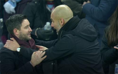 Pep Guardiola và đồng nghiệp Lee Johnson sau khi trận đấu kết thúc. Ảnh:Sky Sports.