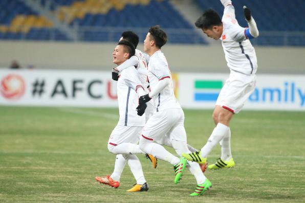 Niềm vui của U23 Việt Nam sau bàn thắng của Quang Hải.