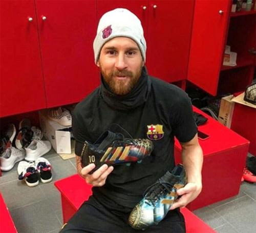 Messi khoe giày trong phòng thay đồ.