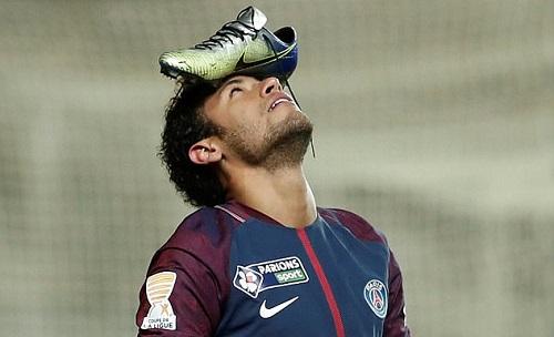 Neymar đội giày lên trán. Ảnh: Reuters.