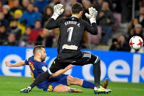 Alba nhoài người dứt điểm thành bàn.