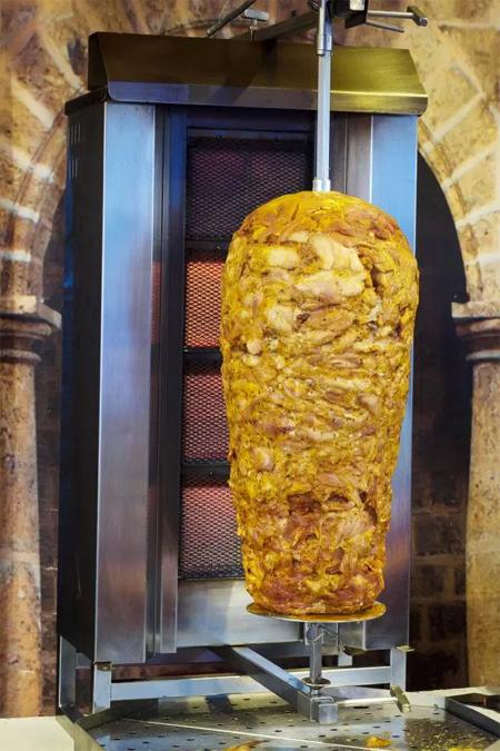 Món thịt trong bánh mì kebab thường làm từ thịt cừu, thịt gà hoặc bê.