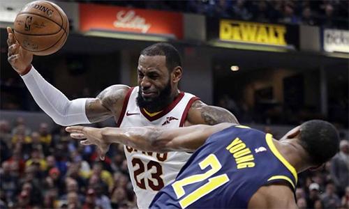 Ghi nhiều điểm nhất trận, nhưng LeBron James (áo trắng) không còn là chính anh ở thời điểm quyết định. Ảnh: ESPN.