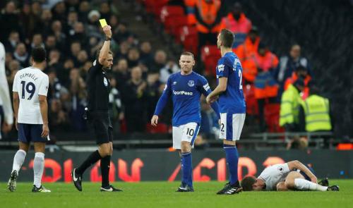 Rooney nhận thẻ vàng trong thất bại của Everton. Ảnh:Reuters.