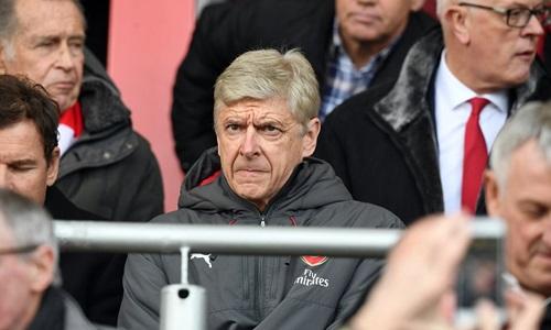 Wenger theo dõi trận thua Bournemouth từ trên khán đài. Ảnh: Sports Mail.