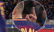 Cầu thủ Barca giơ 'ngón tay thối' về phía đối thủ
