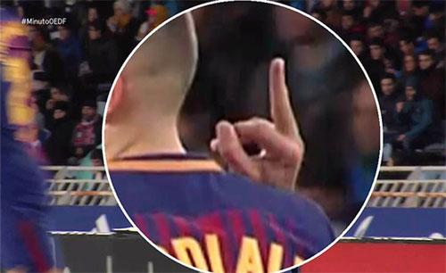 Jordi Alba bị máy quay thu lại cảnh giơ ngón tay về phía đối thủ.