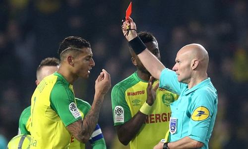 Trọng tài ngáng chân rồi phạt thẻ cầu thủ trong trận Nantes - PSG