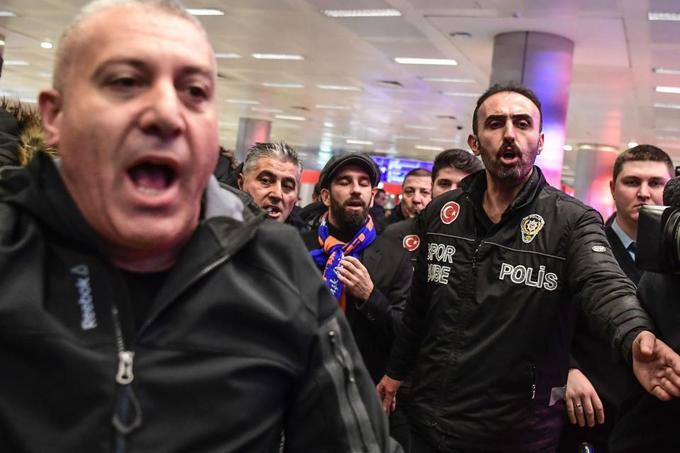 CĐV Thổ Nhĩ Kỳ dẫm đạp chào đón ngôi sao thất sủng ở Barca