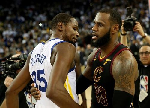 Kevin Durant (áo trắng) một lần nữa có chiến thắng trước LeBron James trong trận tái đấu chung kết năm ngoái. Ảnh: Mercury News.