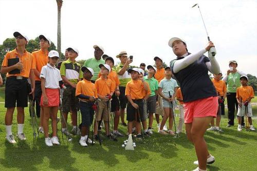Feng đang giúp đỡ các em nhỏ yêu golf thực hiện giấc mơ trở thành golfer chuyên nghiệp. Ảnh: ESPN.