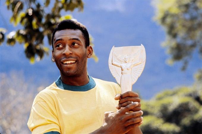 Vua bóng đá Pele phải di chuyển bằng giá đỡ