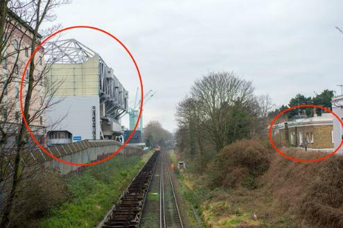 Vị trí hiện tại của nhàCrosthwaites và sân Stamford Bridge chỉ cách nhau một đường ray tàu hỏa.
