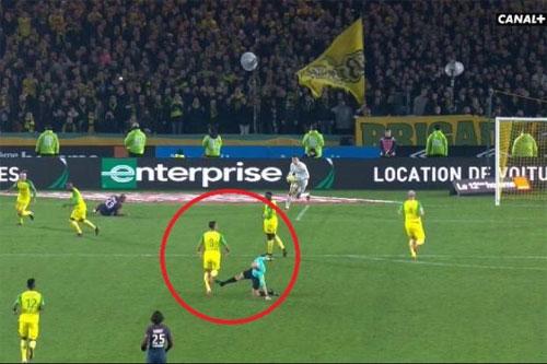 Trọng tài Chapron đá vào chân Carlos sau khi bị ngã.