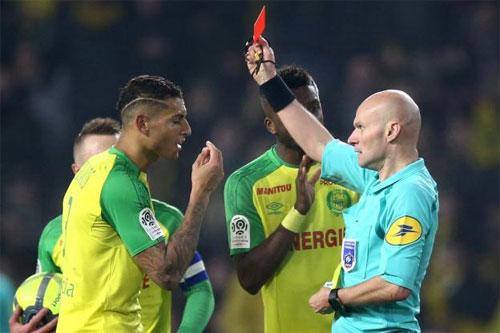 Chapron phạt thẻ đỏ đối với Carlos sau tình huống va chạm. Ảnh: DS