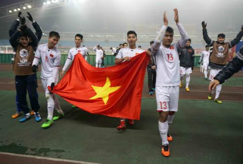 Các cầu thủ U23 Việt Nam chia sẻ niềm vui cùng CĐV. Ảnh:Anh Khoa.