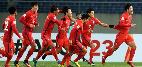 Thắng sít sao, Hàn Quốc giành vé vào tứ kết