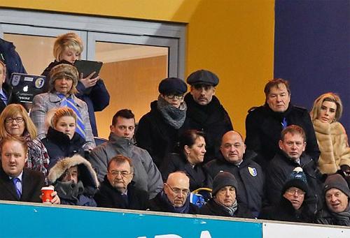 Bố con Pep Guardiola quan sát trận đấu từ khán đài. Ảnh: DS