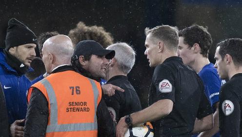 Chelsea thắng trận đá lại ở Cup FA với chín người