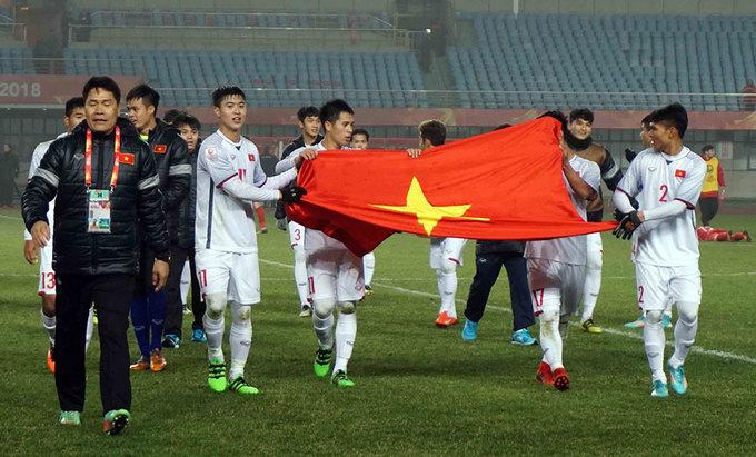 HLV Park Hang-seo nép sau khu kỹ thuật, vì quá căng thẳng cuối trận