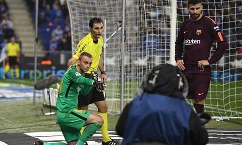 Cillessen bị tấn công bởi các CĐV Espanyol. Ảnh: AFP.