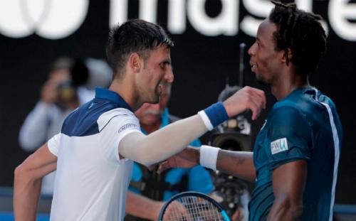 Djokovic và Monfils phải chiến đấu dưới cái nóng 39 độ C. Ảnh: AP.