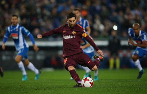 Messi đá hỏng quả penalty ở phút 63. Ảnh: Reuters