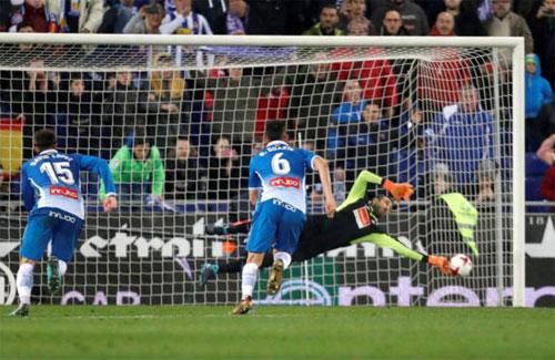 Lopez ngăn được bóng ngay sát vạch vôi. Ảnh: Marca