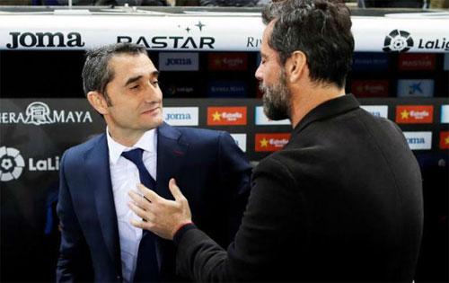 Quique Sanchez (phải) thắng Valverde trong trận derby Catalonia ở lượt đi vòng tứ kết. Ảnh: Reuters