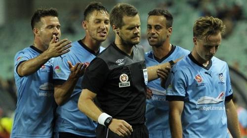 Trọng tài Beath trong trận đấu hồi năm 2015 có sự tham gia của Sydney FC. Ảnh: AFP.