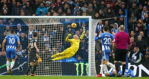 Pha cứu thua của Caballero sau cú đánh đầu của cầu thủ Brighton. Ảnh:Reuters.
