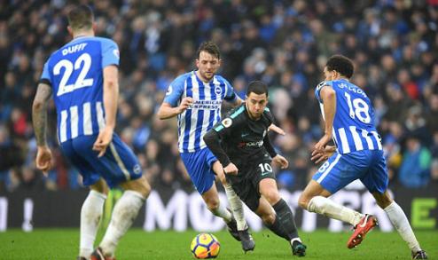 Hazard đi bóng giữa các cầu thủ Brighton. Ảnh:AFP.