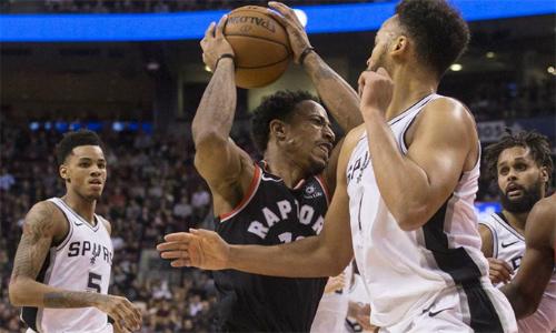 DeMar DeRozan ghi nhữngđiểm quan trọng ở cuối hiệp hai và hiệp bốn, giúp Raptors đánh bại đối thủ khó chịu Spurs trên sân nhà Air Canada Centre. Ảnh: ESPN.