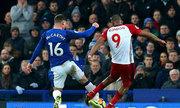 Cầu thủ Everton bị gãy chân vì ngăn cú sút