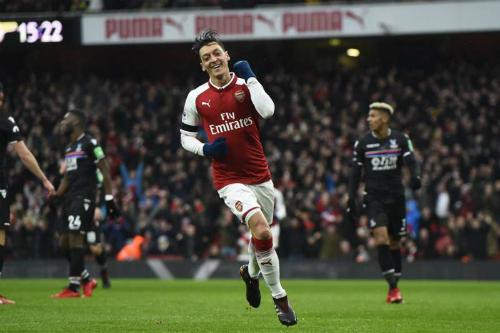 Ozil thể hiện niềm vui saubàn thắng thứ tư của Arsenal. Ảnh:EPA.