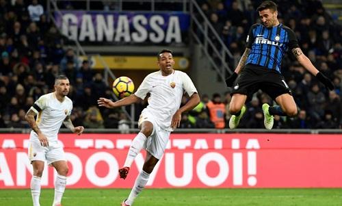 Pha ghi bàn của Vecino giữ lại một điểm cho Inter. Ảnh: AFP.