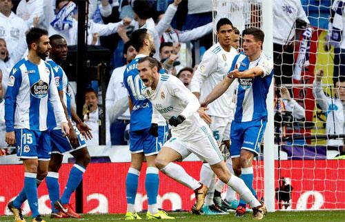 Bale khiếnhàng thủ Deportivo không biết đường nào để kèm.