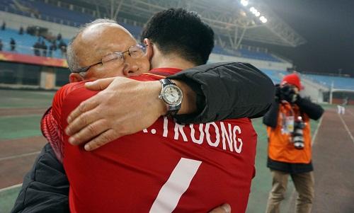 Xuân Trường chia vui cùng HLV Park Hang-seo sau trận thắng Iraq. Ảnh: Anh Khoa.
