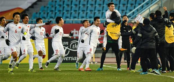 Cầu thủ và ban huấn luyện Việt Nam vỡ òa trong sung sướng sau khi Quang Hải ghi bàn gỡhòa 2-2. Ảnh: AFC.