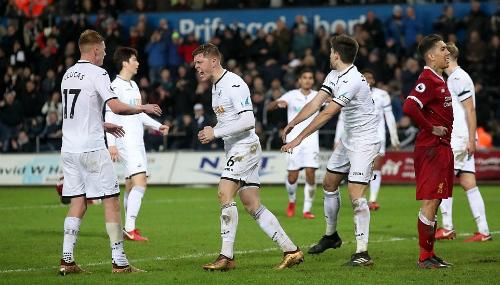 Swansea thắp sáng cơ hội trụ hạng với ba điểm từ Liverpool. Ảnh: AP.