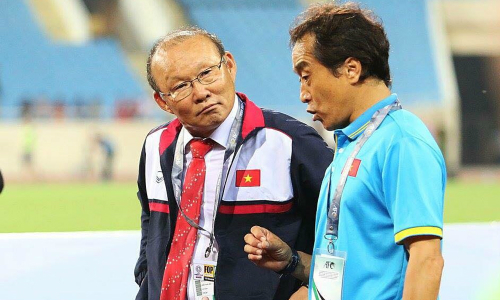 Ông Lee Young-jin (áo xanh) là cánh tay phải của HLV Park Hang-seo. Ảnh: Ngọc Thành.