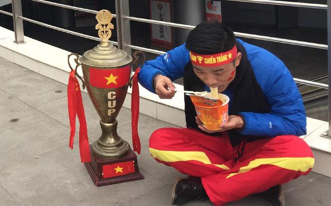Fan cuồng lặn lội sang Trung Quốc cổ vũ U23 Việt Nam