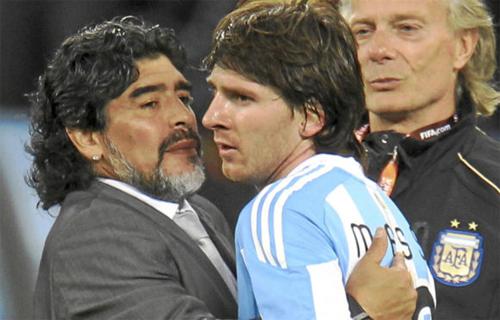 Maradona và Messi đều là những thiên tài của bóng đá Argentina. Ảnh: Reuters