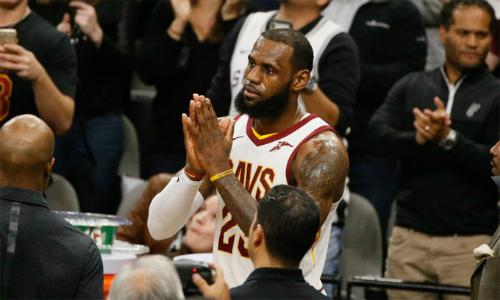 LeBron James (số 23) được CĐV hai đội Spurs và Cavaliers chúc mừng sau khi đi vào lịch sử NBA. Ảnh: CBS Sports.