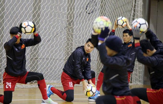 U23 Việt Nam tập ở sân trong nhà vì tuyết rơi dày đặc - ảnh thể thao