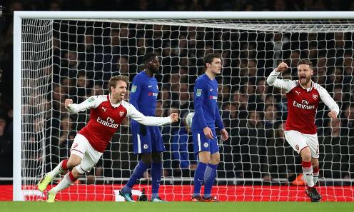 Cú đánh đầu của Monreal giúp Arsenal gỡ hòa nhanh chóng. Ảnh:AFP.