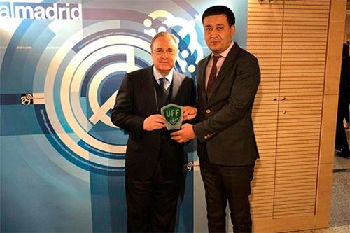 Chủ tịch Real Madrid (trái) và Chủ tịch Liên đoàn bóng đá Uzbekistan,Umid Ahmadjonov. Ảnh: UZDaily.