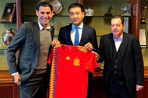 Fernando Hierro (trái) và Chủ tịch Ahmadjonov. Ảnh: UZDaily.