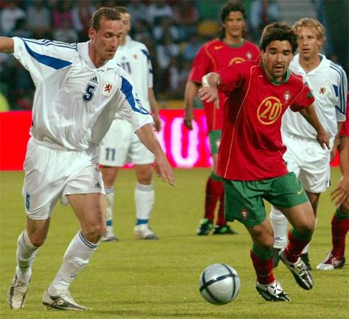 Strasser (trái) từng chơi 98 trận cho tuyển Luxembourg khi còn là cầu thủ.