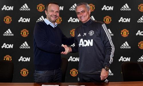 Giám đốc điều hành Ed Woodward và Mourinho trong buổi ký. Ảnh: MUFC.